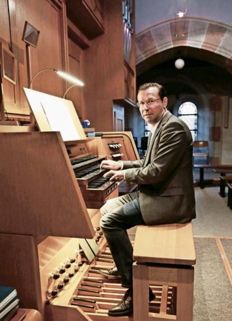 http://www.musik-st-georg.ch/wp-content/uploads/2016/11/Kantor-und-Organist-Andreas-Gut-e1480023623657-960x1327_c.jpg